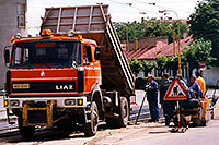 /images/133/1998-07-slovakia-kosice1.jpg - #00111: red Liaz construction truck and workers in Kosice … July 1998 -- Kosice, Slovakia