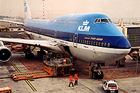 /images/133/1998-12-chicago-klm-plane1.jpg - #00177: KLM Boeing 747-400 airplane docked at Chicago O