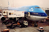 /images/133/1998-12-chicago-klm-plane2.jpg - #00181: KLM Boeing 747-400 airplane docked at Chicago O