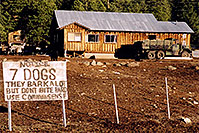 /images/133/2002-05-flagstaff-7dogs-second.jpg - #00936: The house with 7 dogs, near Flagstaff … May 2002 -- Flagstaff, Arizona