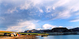 /images/133/2004-07-powell2-view2-pano.jpg - #01739: camping at Lone Rock … July 2004 -- Lone Rock, Lake Powell, Utah