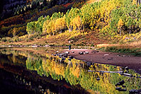 /images/133/2004-09-maroon-people3.jpg - #02190: Maroon Lake with fall colors … Sept 2004 -- Maroon Lake, Maroon Bells, Colorado