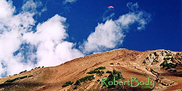 /images/133/2004-10-cinnamon-para-oran1-pano.jpg - 02254: Orange Paraglider over Cinnamon Mountain (12,293ft) … Oct 2004 -- Paradise Divide, Crested Butte, Colorado