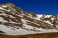 /images/133/2007-06-17-evans-sum-lake-hikers.jpg - #03963: hikers near Summit Lake of Mt Evans … June 2007 -- Summit Lake, Mt Evans, Colorado