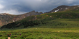 /images/133/2007-07-08-biers-hikers02-pano.jpg - #04170: Hikers returning from Mt Bierstadt (14,060 ft, right) … Mt Spalding (13,842 ft, left), The Sawtooth (13,780 ft, middle) … July 2007 -- The Sawtooth, Mt Bierstadt, Colorado