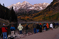 /images/133/2007-09-25-mar-bells-3926.jpg - #04686: Maroon Bells Photographers in the morning … Sept 2007 -- Maroon Bells, Colorado