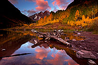 /images/133/2011-10-04-maroon-log-104216.jpg - 09600: Sunrise reflection of a tree log and Maroon Bells in Colorado … October 2011 -- Maroon Bells, Colorado