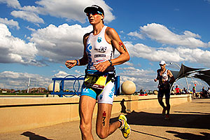 07:43:55 - #71 Leanda Cave [GBR] (leader, 1st in 08:49:00) finishing Lap 2 - Ironman Arizona 2011