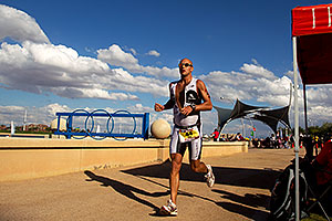 07:48:10 - #44 Jeff Paul [USA] (eventually 32nd in 09:05:19) finishing Lap 2 - Ironman Arizona 2011