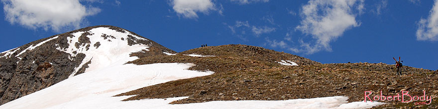 /images/500/2007-06-10-elbert-skier3-sp.jpg - #03898: Skier walking up as 3 hikers look down on North Trail of Mt Elbert  … June 2007 -- Mt Elbert, Colorado